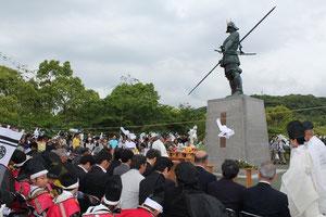 元親初陣の像の前で慰霊祭