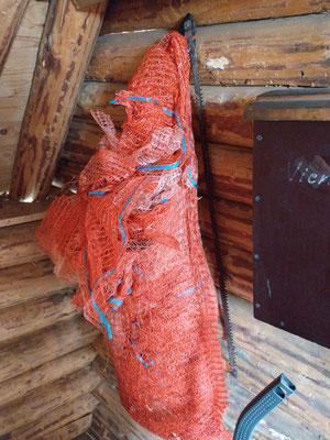 Rote Säcke für Brennholz