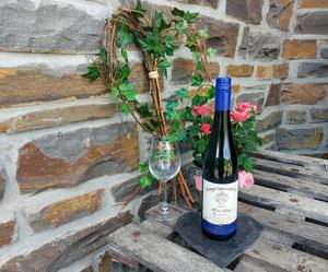 Riesling Classic vom Weingut Binninger am Weinkeller auf Holzpaletten in Briedel