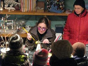 Am Weihnachtsmarkt mit vielen kleinen Zuschauern