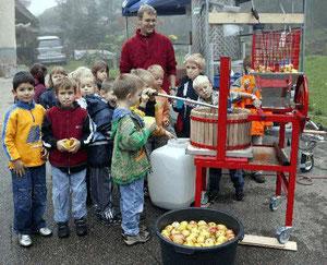 Einsatz des 'NABU-Saftladen' in der Grundschule