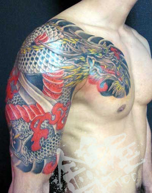和彫り和柄刺青龍胸割り