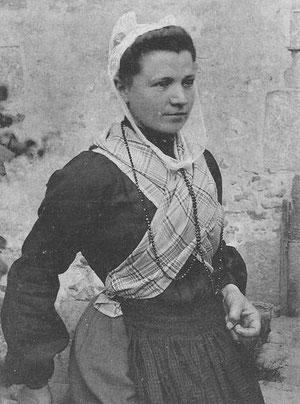 Jeune femme avec le costume de Saint Pol de Léon