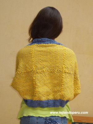 bolero tejido en telar cuadrado de mesa de 23 por 23 cm.