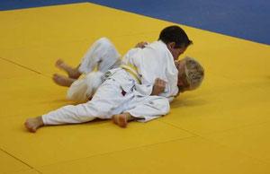 Erik Gardt hat seinen Gegner fest im Haltegriff