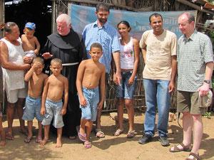 Pater Beda mit Antonio Cleide unter den Kleinbauernfamilien