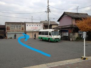 外へ出たらすぐにバスターミナルがありますので、右に曲がってください