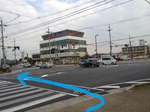 大きな交差点に出ますので、左に渡ってください