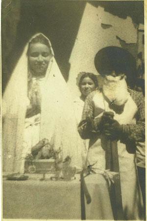 Celebración de fin de año en Escuela de San Antonio, frente a Las Camelias. (1967 aprox.) En la foto Patricia y Luz Betty Cordero Olate.