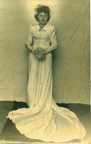 Srta. Adriana de la Fuente Rebolledo, el día de su boda con don Héctor Parada Castro.