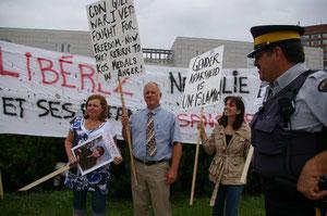 La banderole est déposée devant l'ambassade - Intervention de la police
