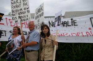Johanne Durocher, Mark Brousseau, Shahla Kan Salter devant l'ambassade d'Arabie Saoudite