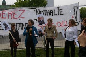 Discours des groupes de femmes devant le Parlement. Ici, Alexa Conradi, Présidente de la Fédération des Femmes du Québec et Nathalie Villeneuve, Présidente du Regroupement des maisons pour femmes victimes de violence conjugale