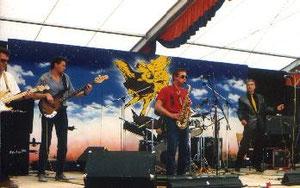 """Das Konzert mitm Edi Lechner am Sax als """" New Airport"""" war beim Antiflughafenfestival in Hallbergmoos. Am selben Abend spielten Polt, Biermösl, Söllner, S-Bahn Surfers und andere. Es war der Tag des Umzugs von Riem ins Erdinger Moos (heute am MUC-Zaun)"""