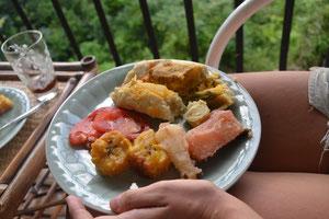 La comida -yuca, plátanos, tamal, tomate-