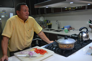 Luis Hernando preparando el almuerzo