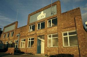 アーコール社の旧工場。看板にはシンボルであるアーコールライオンがいる。