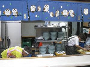 厨房:店主のおばあちゃん(右)が手早に調理する