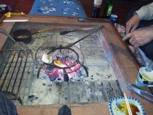 囲炉裏部屋で炭火で餅を焼いています。懐かしい味がしました(12月20日)。