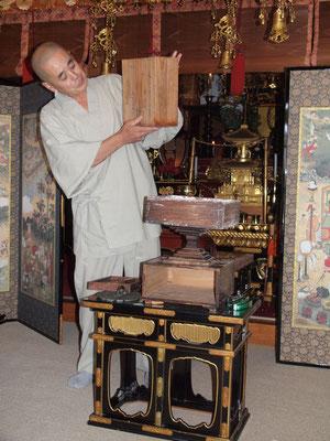 文化3年(1806)の銘のある蓋で説明する和尚、手前にあるのが常香炉盤