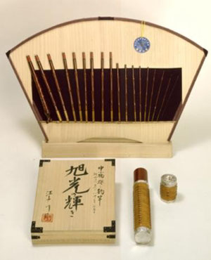 Caña de bambú compuesto de 18 partes, encerrado en una caja de madera paulownia y firmado por Edogawa II.  La vaina está adornada de plata y junquillo