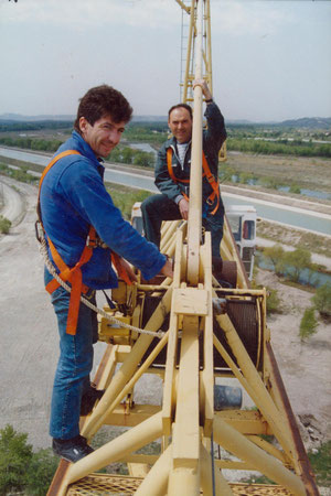 M. Gallina (sans qui je ne serai pas ce que je suis aujourd'hui) et moi. Photo prise sur la flèche d'une Potain E2/23 en 1989.