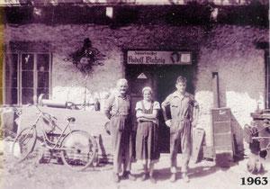 1963, vor dem Haus von Schmiedemeister Rudolf Blaßnig