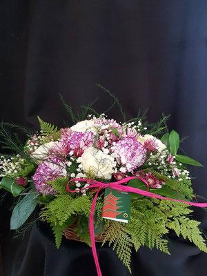 Cesta de flores variadas en tonos blancos y malva 30 €  ref C021016