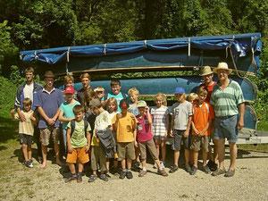 Nachdem alle Schwimmwesten, Paddel und die Kanus gereinigt und verstaut waren, stellten sich alle Kinder und Betreuer noch zum Abschlussfoto auf.