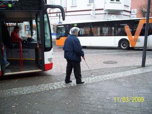Orientierung mit Langstock an der Bushaltestelle