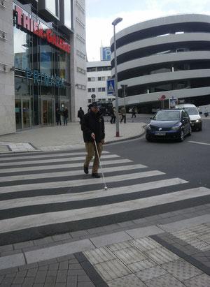 Blindenleitsystem für Langstock am Straßenrand