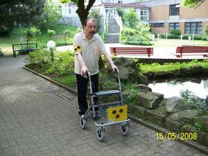 Gehschwäche oder Angst mit Langstock benötigt Vorübungen: hier eine Annäherung mit Rollator im Park.