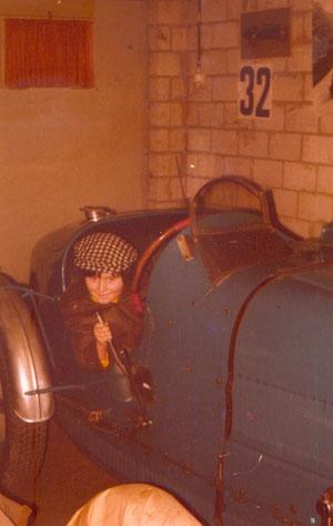 Probesitzen in einem Bugatti mit ca. 7 Jahren