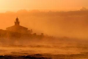 маяк в утреннем тумане