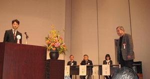 表彰状を受理する伊藤副会長
