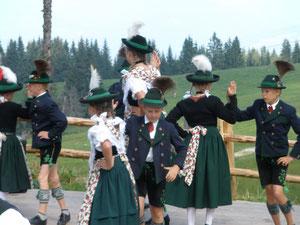 Die Kindergruppe des Oberauer Trachtenvereins D´Weißenstoana Au