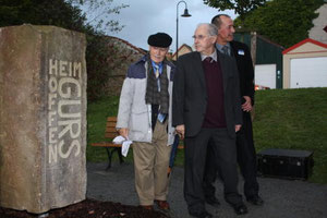 Die beiden Überlebenden enthüllen den Gedenkstein