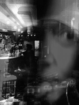 un soir au café