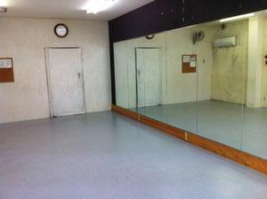 手作りのスタジオです。  鏡はとても重要ですね~
