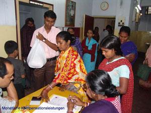 Die Mütter erhalten die mtl Kompensation.       Viele unterschreiben mit ihrem Daumenabdruck