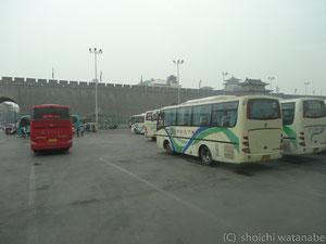 バスで西安の中心部に戻ってきました。空は相変わらず濁っています