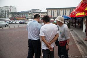 ここからタクシーでペイペイの家まで戻るわけです。中国語でドライバーに道を聞く吉見さん