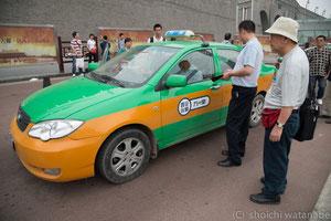 ちなみにタクシー待ちの列などはなく、どんどん早いもの勝ちという感じでタクシー争奪戦が繰り広げられます。タクシーのガラスをこんこんと最初に叩いた人が勝ち。
