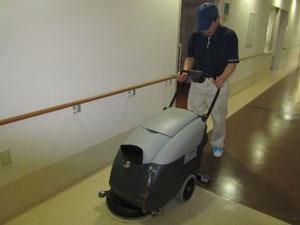 自動床洗浄機による床清掃