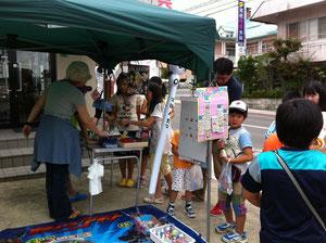 小学校は今日から夏休み!毎月恒例の中山街道市と重なって、元気な子ども達の姿が!子供達の駄菓子屋さんは一番人気、賑わっていましたよ。