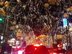 大渋滞にもめげず、定禅寺通り光のページェントを見に行って来ました!フロントガラスの雨粒にも光が反射して不思議な写真になっちゃいました〜