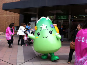 またまた仙台駅前でゆるキャラ(?)に遭遇!!ポーズ決まってるでしょ。東北ディスティネーションキャンペーンで、田沢湖ピーアールに来てるんですかね。今週末の青葉祭にも参加するのかな?