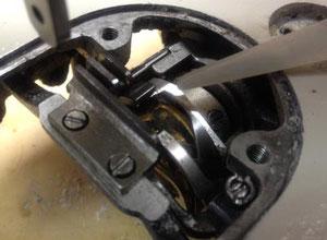 外釜の隙間から内釜の外側に潤滑油を1滴たらす。