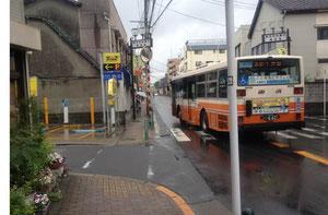 本木新道の象徴でもある東武の路線バス