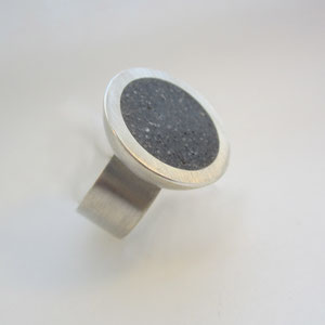 Ring Halbschale auf breiter Ringschiene  - Ag 925/Beton